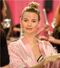 Behati Prinsloo Victoria's Secret Podyumuna Dönüyor